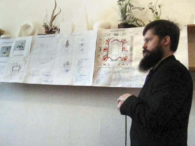 Студент курса на защите проекта по обустройству территории храма Священномученика Сергия