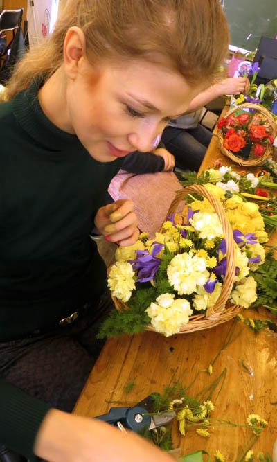 Репортаж с занятий курса. Студенты собирают корзину из цветов
