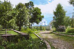 «Райский сад» на подпорной стенке рядом с дорогой к южным воротам Никольского женского монастыря. Вид на Корнилиевскую церковь
