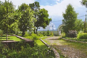 Дорога к южным воротам Никольского женского монастыря в Переславль-Залесском