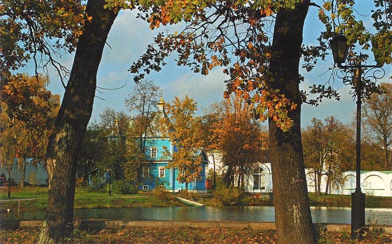 Пруд на территории Николо-Угрешского мужского монастыря в Московской области