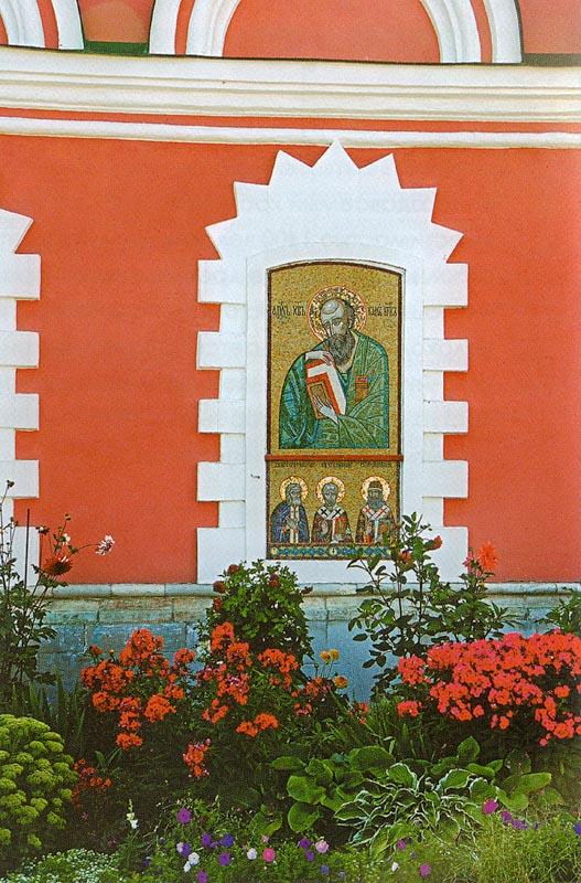 Цветник у стен храма Иоанно-Богословского мужского монастыря