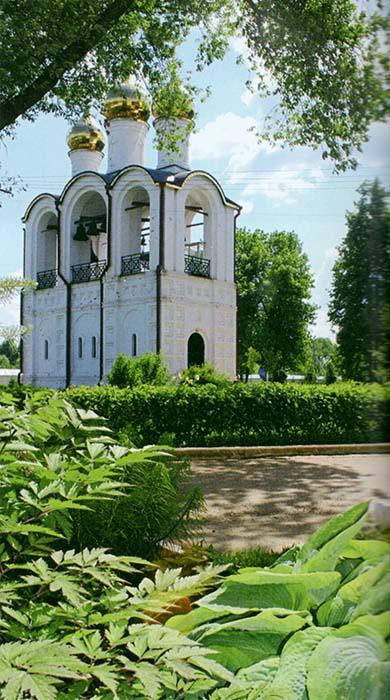 Вход в Никольский женский монастырь. Живая изгородь из дёрена сибирского и древесно-кустарниковая композиция с хвойными и редкими многолетниками