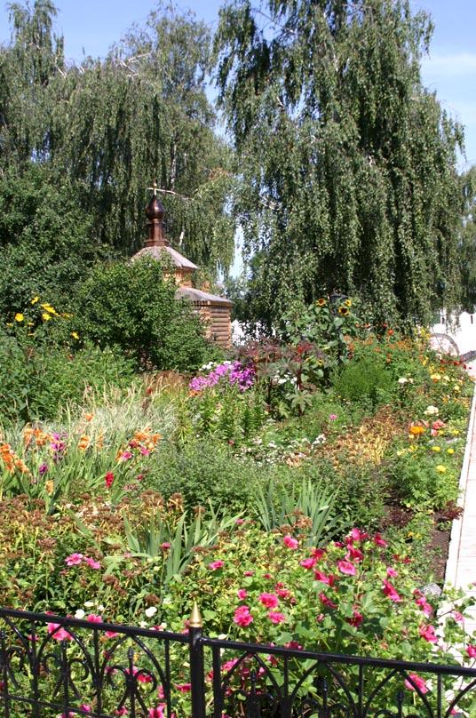 Цветник на территории приходского сада в Свято-Троицком женском монастыре в Муроме, Владимирской области